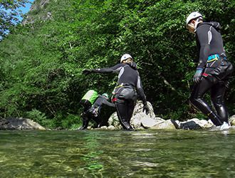 canyoning-gruppo-cammina-nel-torrente